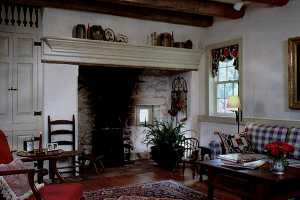 an old fireplace with a black wall leading to the chimney